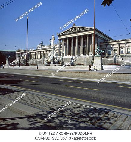 Der Pallas Athene Brunnen vor dem Parlament am Doktor-Karl-Renner-Ring in Wien, Österreich 1980er Jahre. Pallas Athene fountain in front of the houses of...