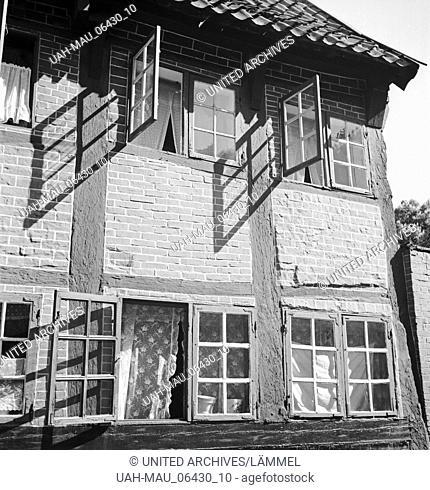 Unterwegs in der Altstadt in der Hansestadt Stade, Deutschland 1930er Jahre. At the city of Stade, Germany 1930s