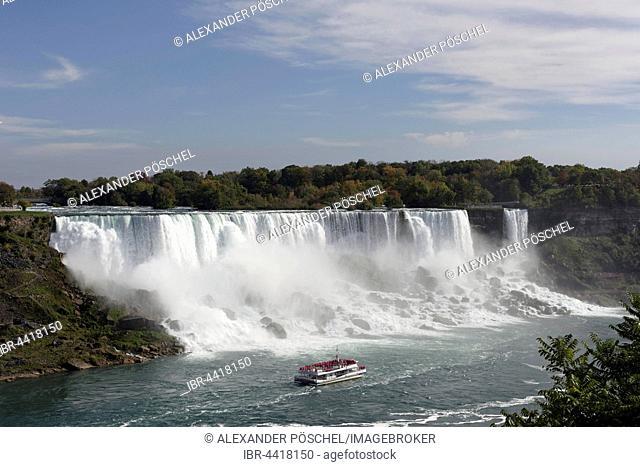 American Falls with tourist boat, Niagara Falls Centre, Niagara Falls, Ontario Province, Canada