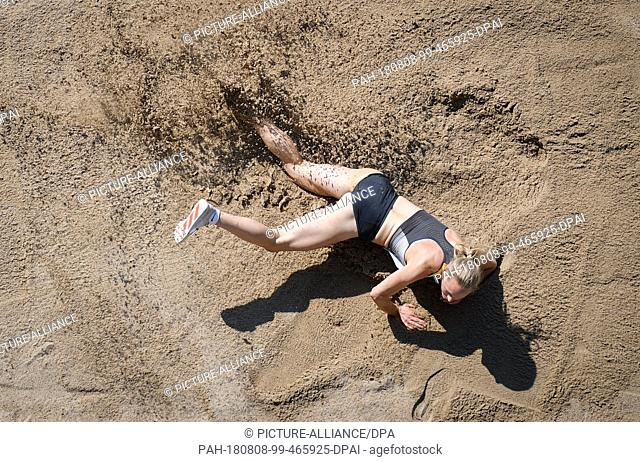 08.08.2018, Berlin: Athletics: European Championships in the Olympic Stadium: triple jump, women: Neele Eckhardt from Germany ends up in the sand after the...