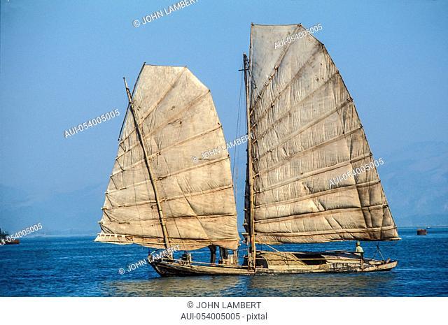 sampan sailing in ha long bay