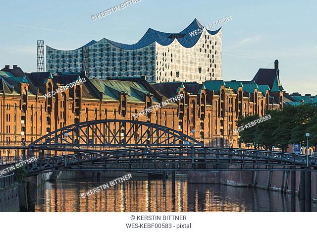 Germany, Hamburg, view to Zollkanal and Old Warehouse District with Elbe Philharmonic Hall in the background