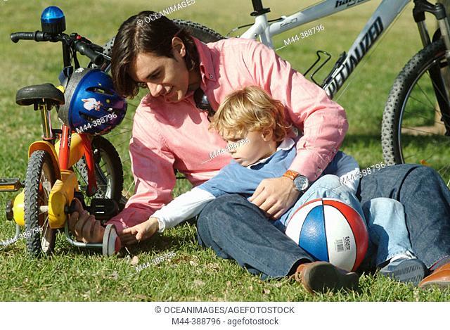 Padre jugando con su hijo en Valencia