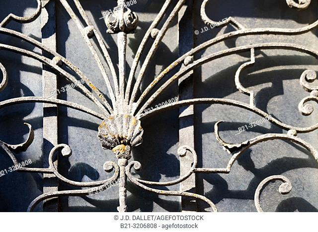 France, Occitanie, Lot, door at Figeac, with iron work, and a shell. Pilgrimage way to Santiago de Compostela